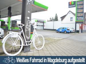 Weißes Fahrrad in Alt Fermersleben aufgestellt