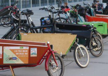 Transporträder parken vor dem bauhausmuseum in Dessau